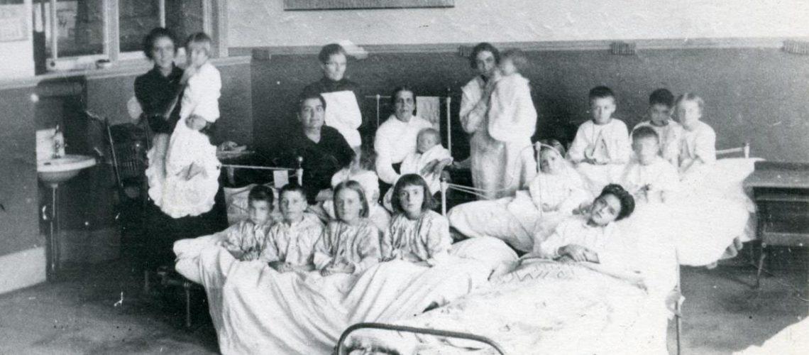 Teachers tend to children sick with Spanish Flu at Collège La Salle in Thetford Mines, Que. (Photo: Centre d'archives de la région de Thetford - Fonds galerie de nos ancêtres de l'or blanc [donateur: Juliette Dallaire]) - 1918 - Canadian Geographic