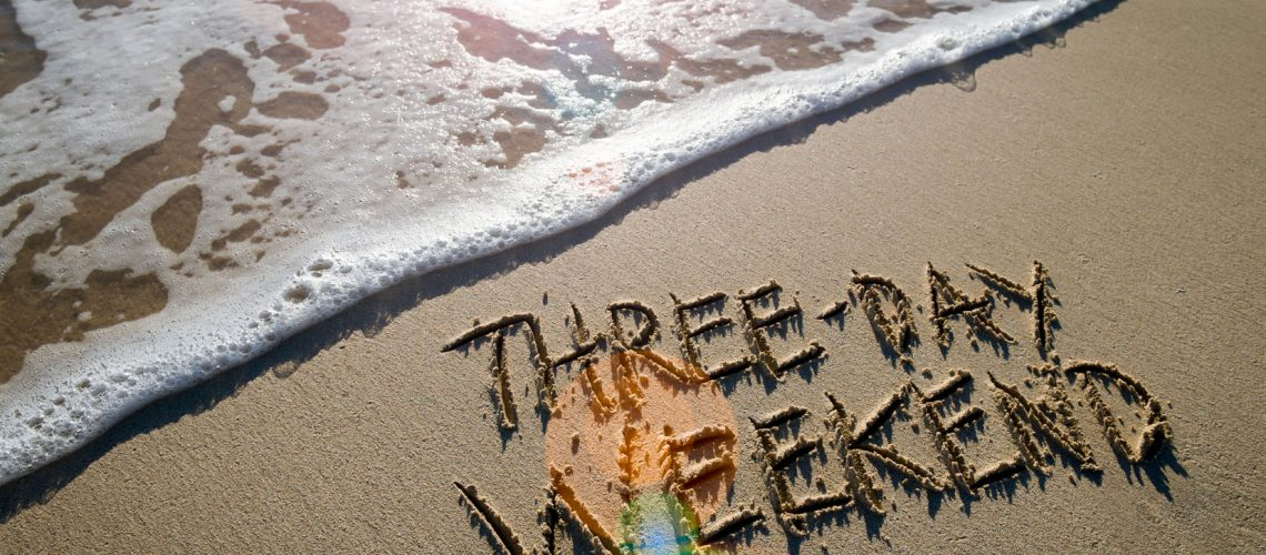 Three-day,Weekend,Message,Handwritten,On,Smooth,Sand,Beach,With,Lens